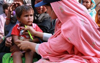 1024px-Flickr_-_DFID_-_A_female_doctor_with_the_International_Medical_Corps_examines_a_young_boy_at_a_mobile_health_clinic_in_Pakistan